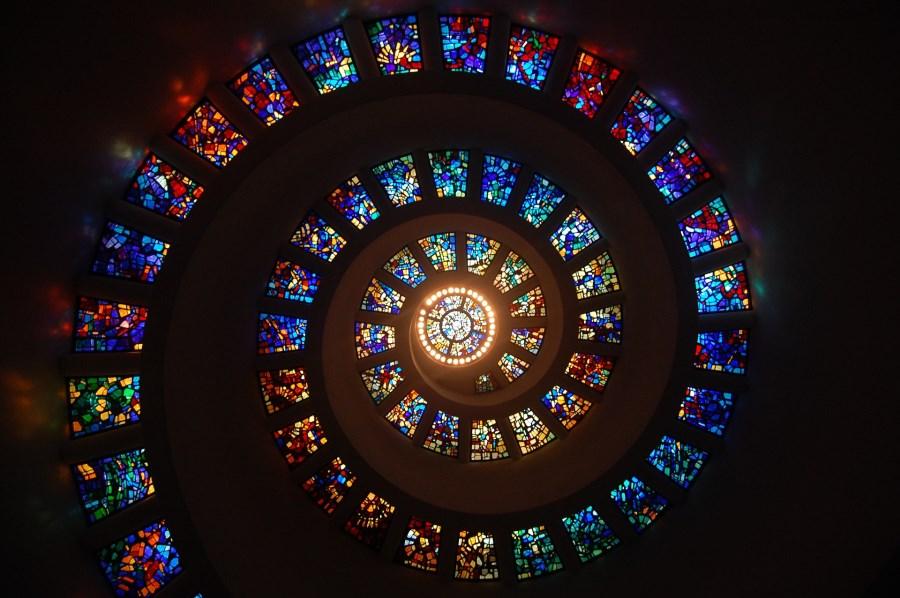Spirale aus Mosaikfenstern in Kirchenkuppel