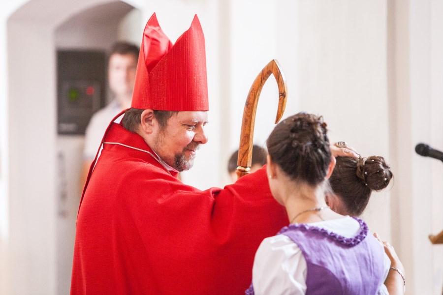 Weihbischof Wolfgang Bischof bei der Firmung weiblicher Jugendlicher in Tracht
