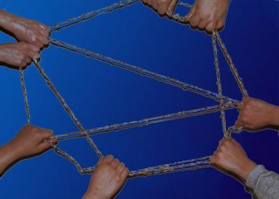 Netzwerk / Fäden zwischen Händen