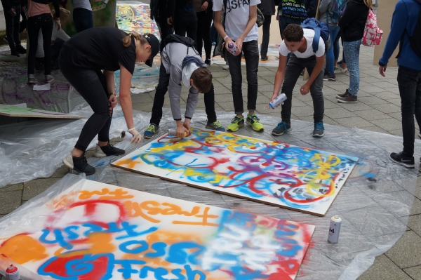 Grafittialtartuch wird besprüht im Rahmen eines Firm-Events