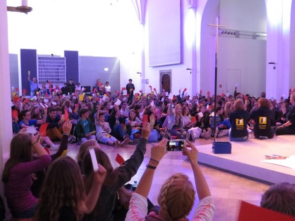 zahlreiche junge Teilnehmer an einem Firmevent