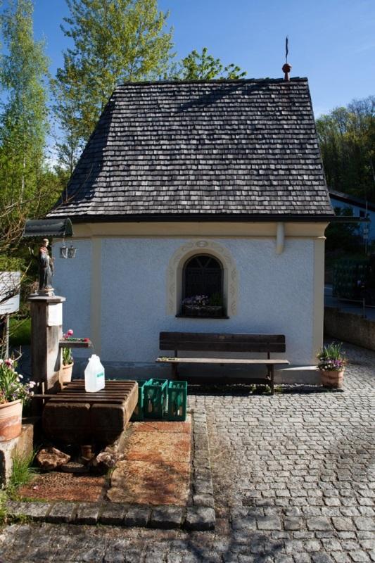 Leonhardspfunzen Brunnenkapelle zur hl. Maria und zum hl. Leonhard Außenansicht mit Brunnen