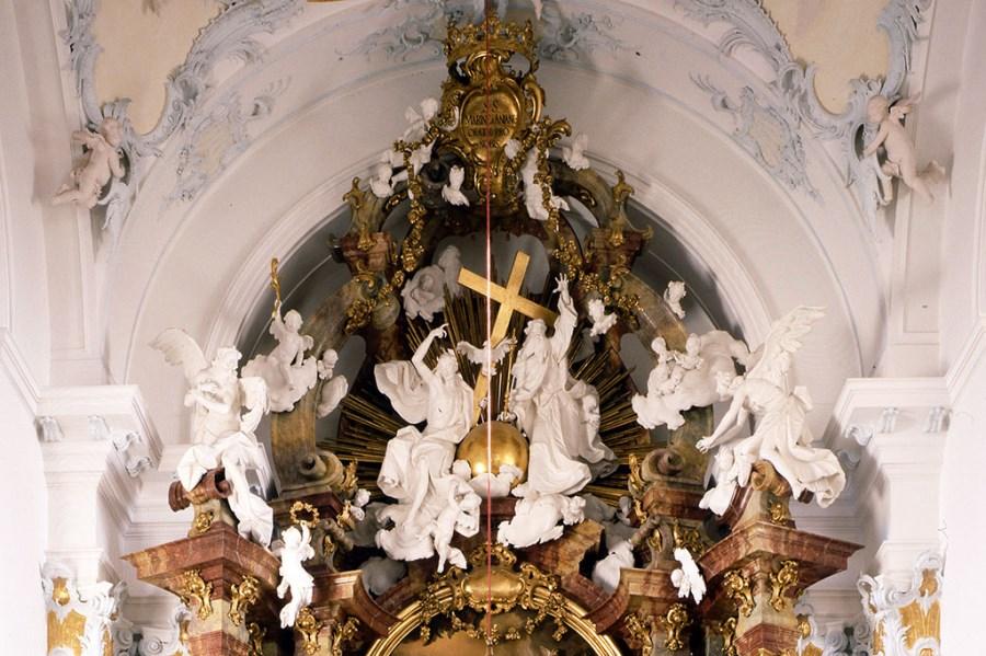 Rott am Inn, St. Marinus und Arianus, hl. Dreifaltigkeit am Auszug des Hochaltars von Ignaz Günther, 1760