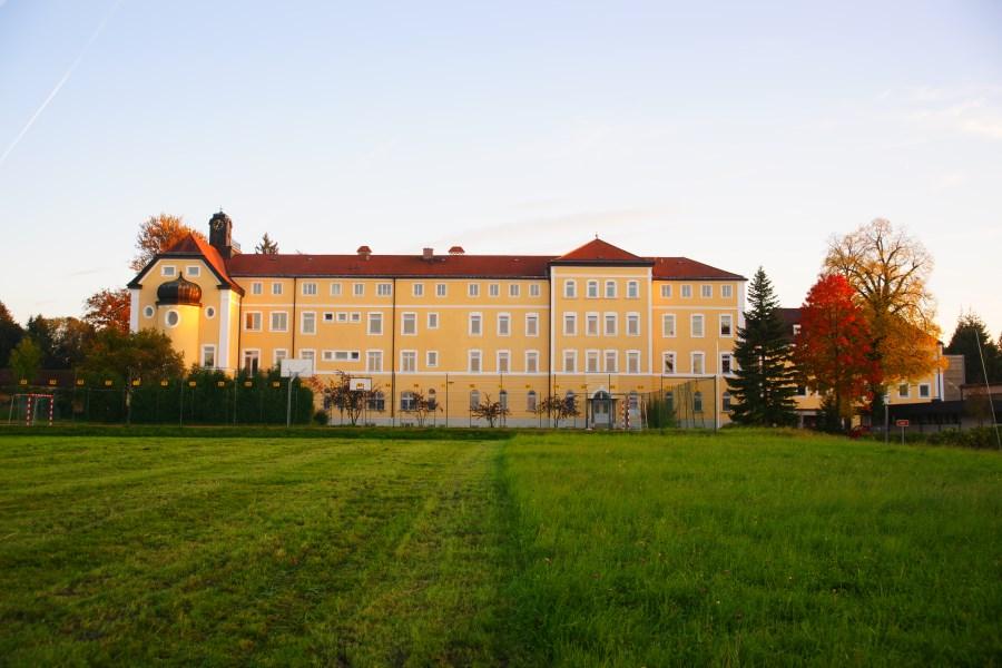 Außenaufnahme Maria-Ward-Mädchenrealschule in Traunstein/Sparz