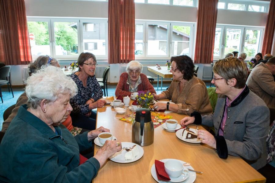 Kaffeekränzchen nach Vergiss-mein-nicht-Gottesdienst mit Betroffenen, Angehörigen und Dr. Maria Kotulek