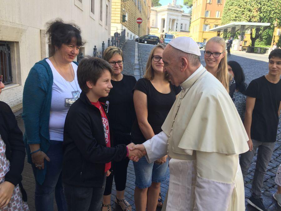 Papst Franziskus begrüßt die Reisegruppe
