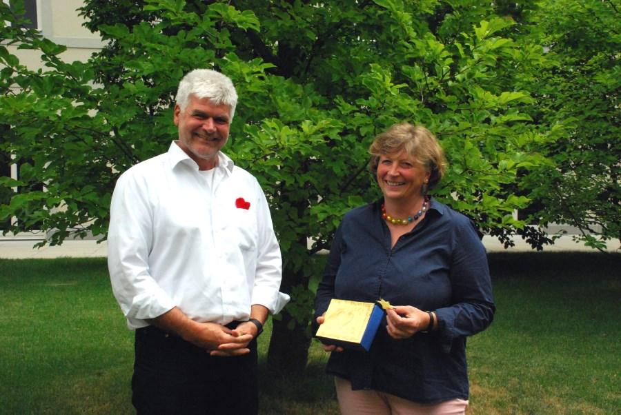 Gerhard Schneider und Monika Mehringer präsentieren das Schatzkästchen