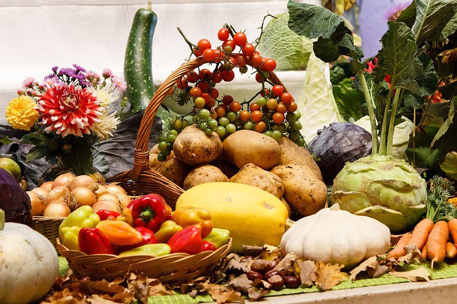 Arrangement aus frischem Gemüse und Blumen zu Erntedank.