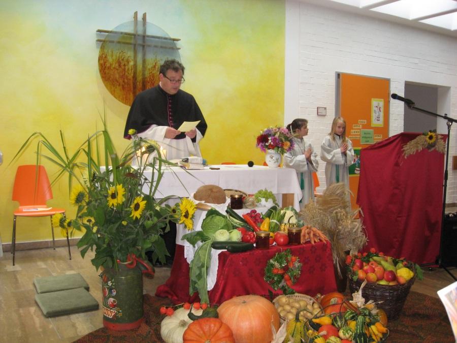 2017-10-08_1-Pfarrer am geschmückten Altar