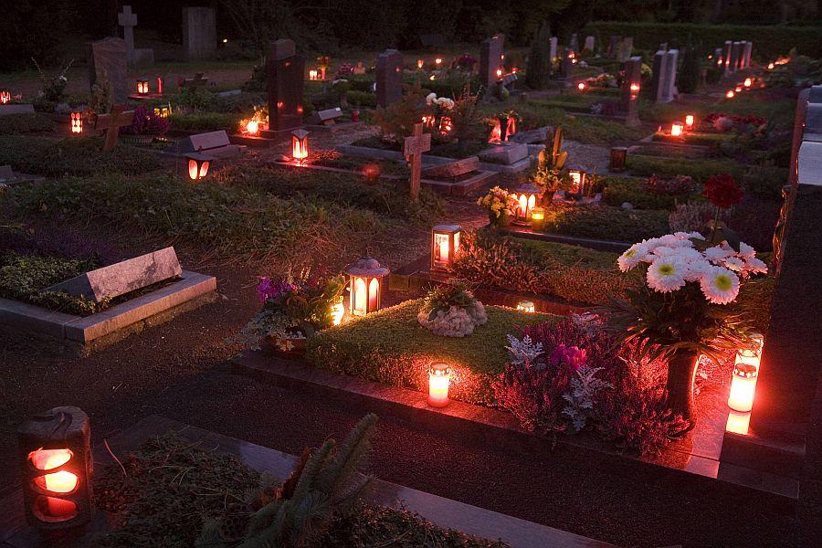 Gräberfeld mit Kerzen zu Aller