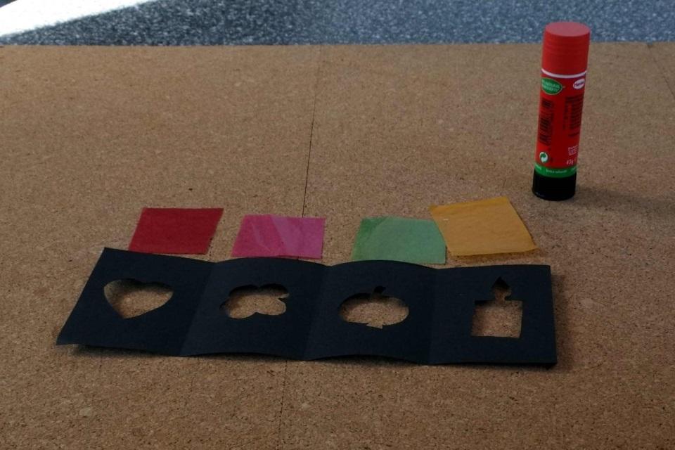 Laterne basteln für jedes Motiv ein farbiges Transparentpapier aussuchen