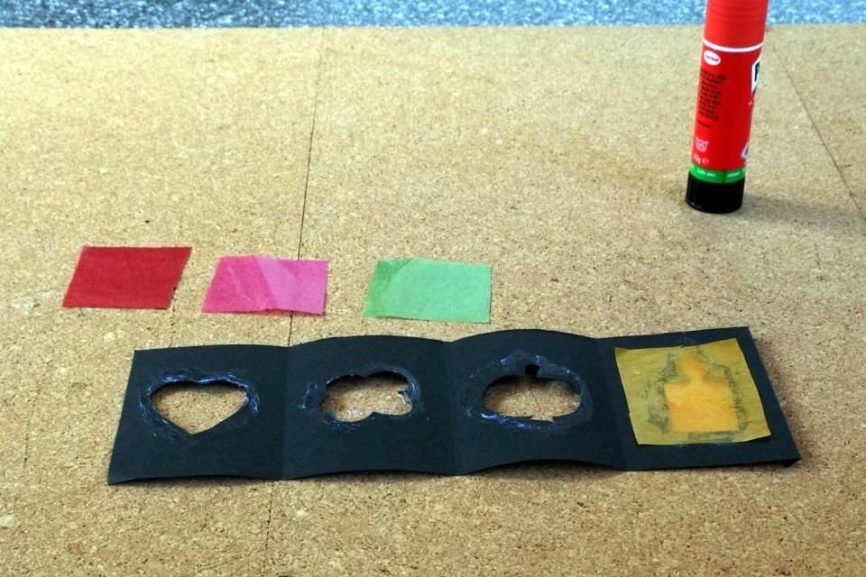 Laterne basteln Transparentpapiere nacheinander aufkleben