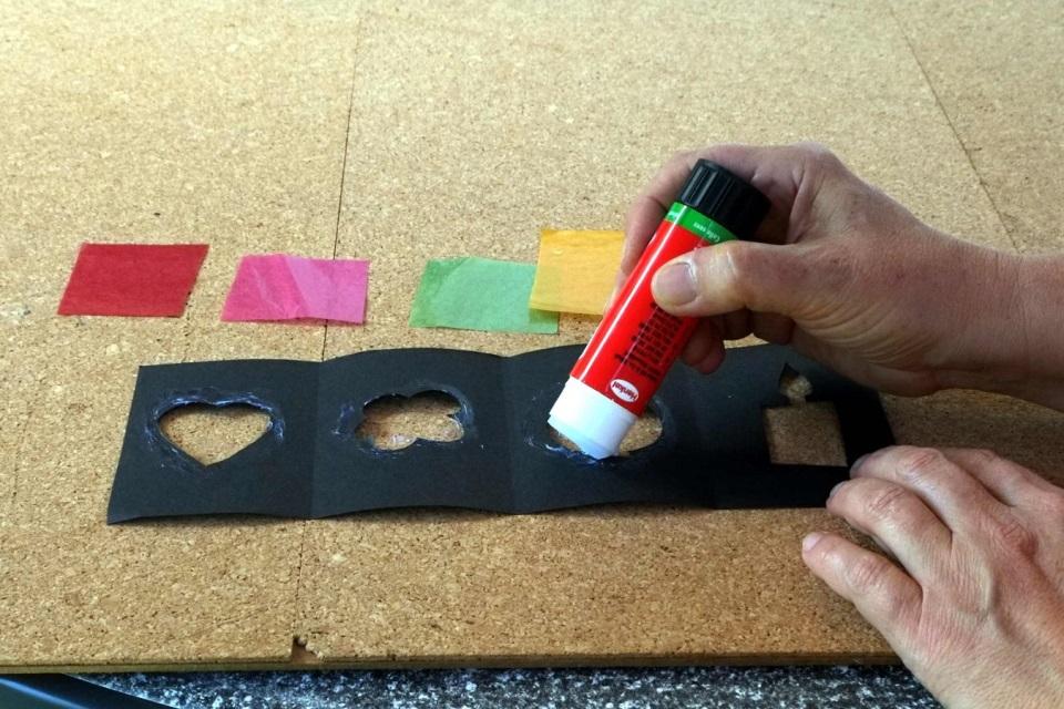 Laterne basteln Ränder der Vorlagenmotive mit Kleber bestreichen