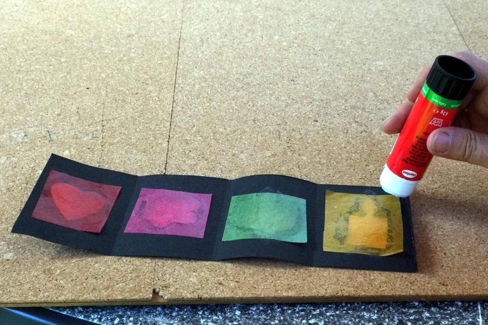 Laterne basteln Laterne an freien Seiten zusammenkleben
