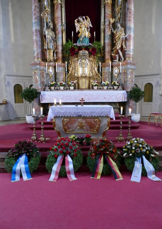 Volkstrauertag Kränze Kirche