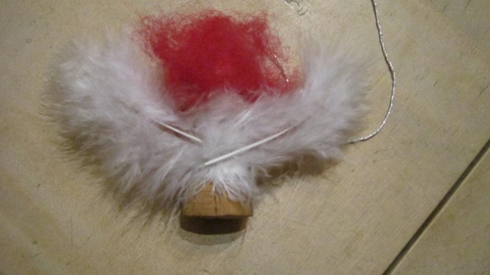 Engel aus Kork basteln Flügel aus Federn auf dem Rücken ankleben