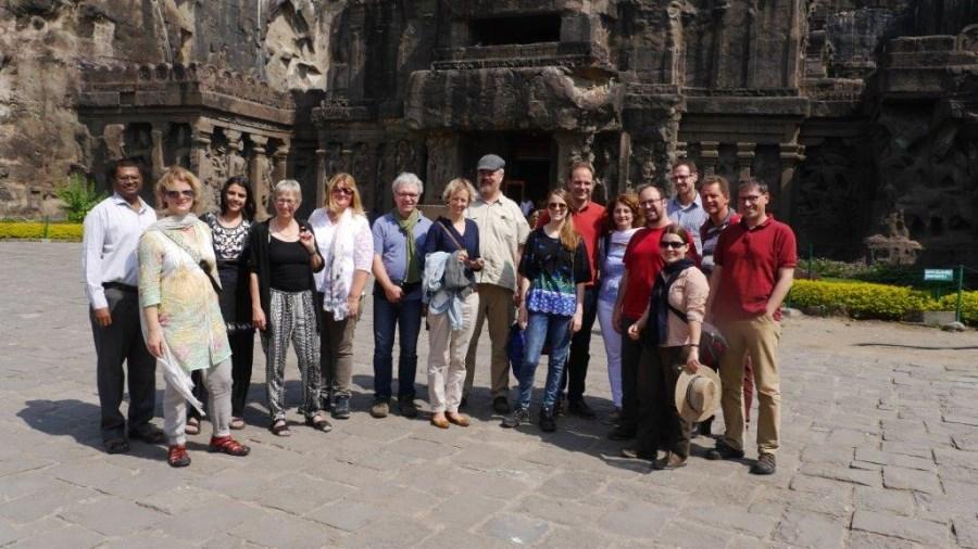 Reisegruppe in Aurangabad. Mit auf dem Foto Herr Melvin Pangya, Fieldworker der Caritas Indien in Maharashtra und Subhadra Kaul Misereor Dialog- und Verbindungsstelle Mumbai.