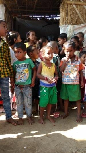 Besuch von Slum an Bahngleisen in Patna, Schülerinnen und Schüler vor Eingang ihrer Schule sowie Zusammenkunft mit Sister Dorothy Fernandes' Team von Streetworkern.