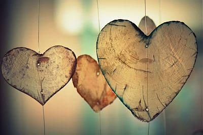 Herzen aus dünnem Holz, aufgehängt an Drähten