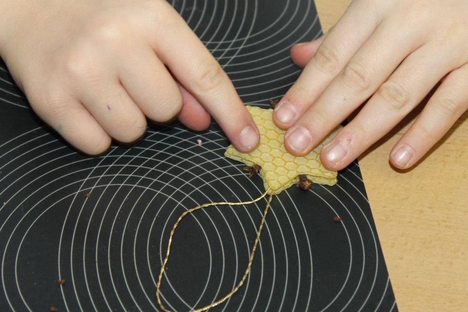 Fertiger Stern mit Goldfaden