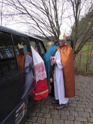 Erwachsenen-Sternsingergruppe aus Scheyern steigt in den Bus ein