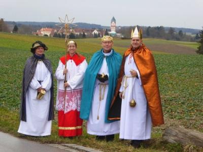 Erwachsenen-Sternsingergruppe vor Scheyerer Landschaft 2018