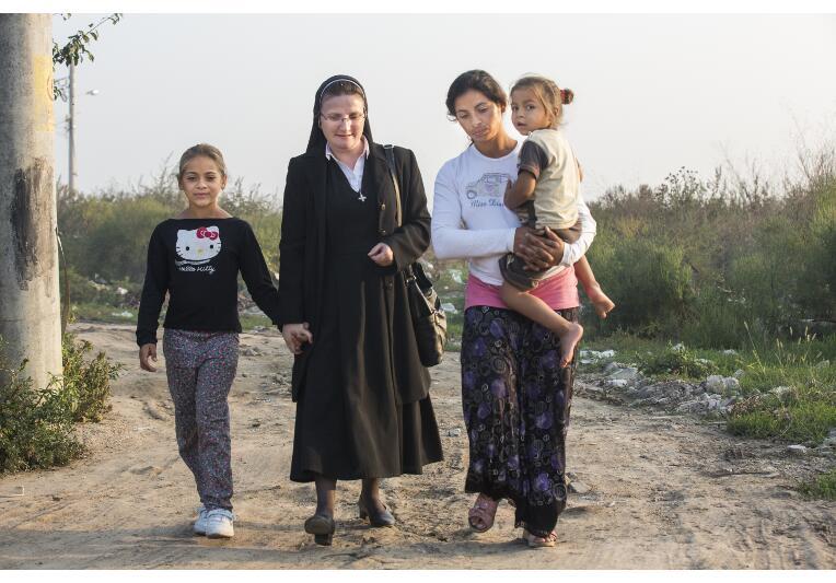 Schwester Adina mit Familie beim Spazierengehen