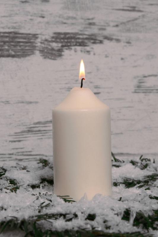 weiße brennende Stumpfkerze