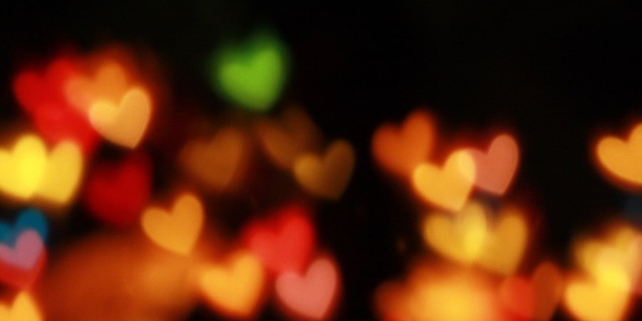 bunte Herz-Lichter im Dunkeln