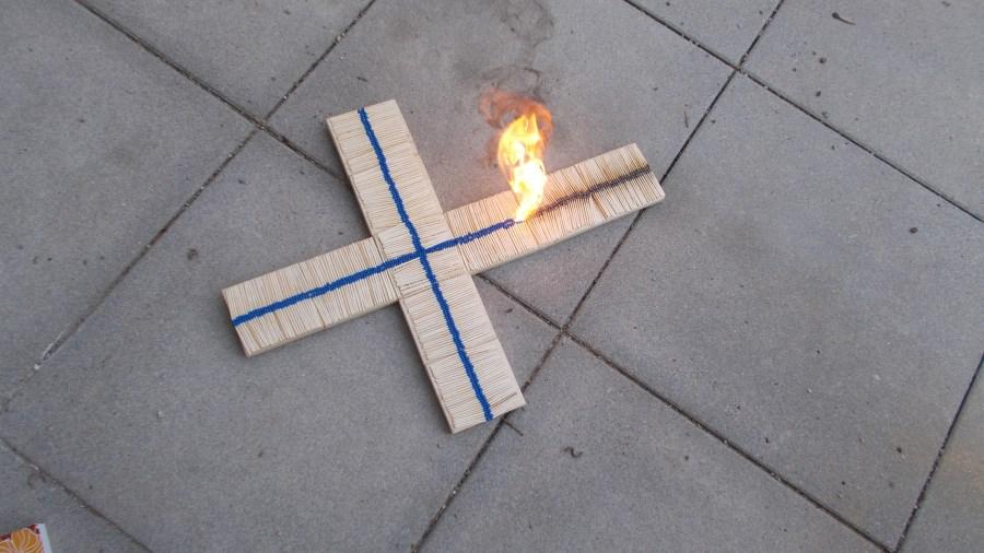 Brennendes Kreuz aus Streichhölzern