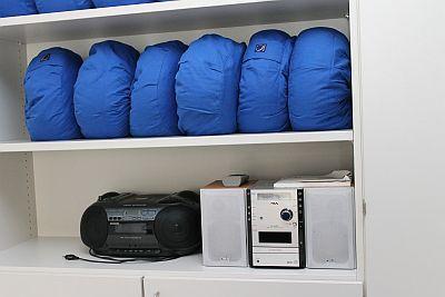 Regal mit Kissen und Stereoanlage im Haus Dorothee