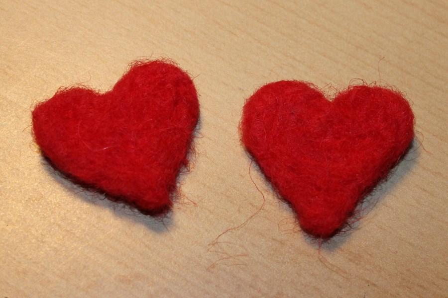 zwei rote Filzherzen nebeneinander