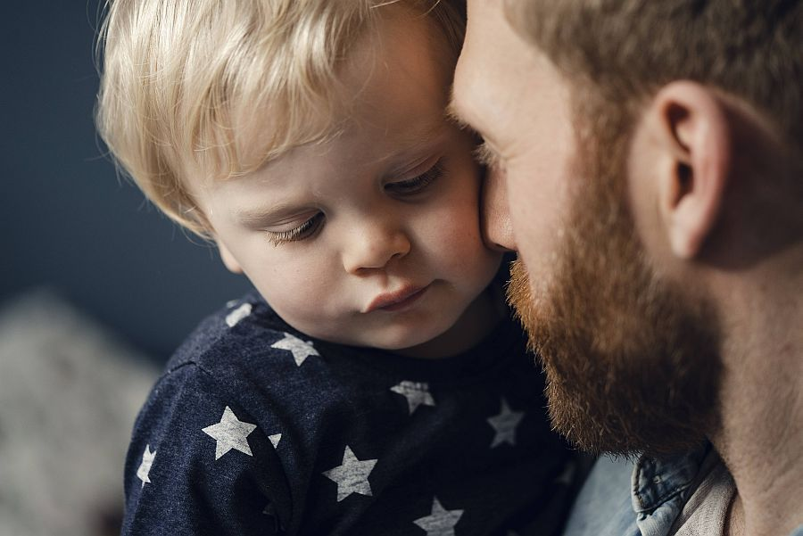 Vater und Sohn kuscheln liebevoll