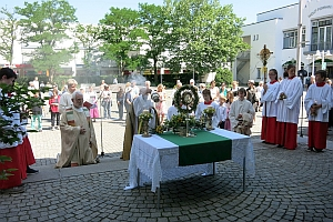 Fronleichnamsprozession - Altar vor dem Rathaus