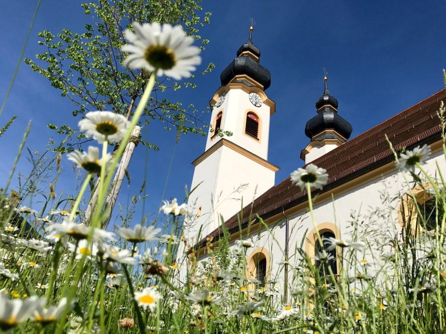Pfarrkirche Aschau im Frühling