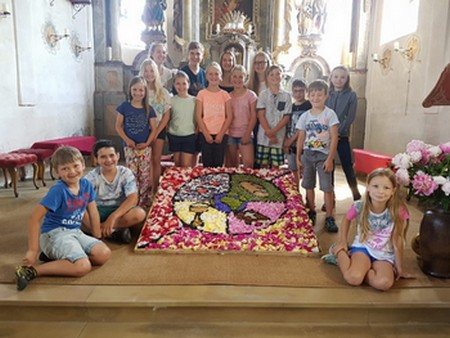 Innleitn-Kids mit Blumenteppich