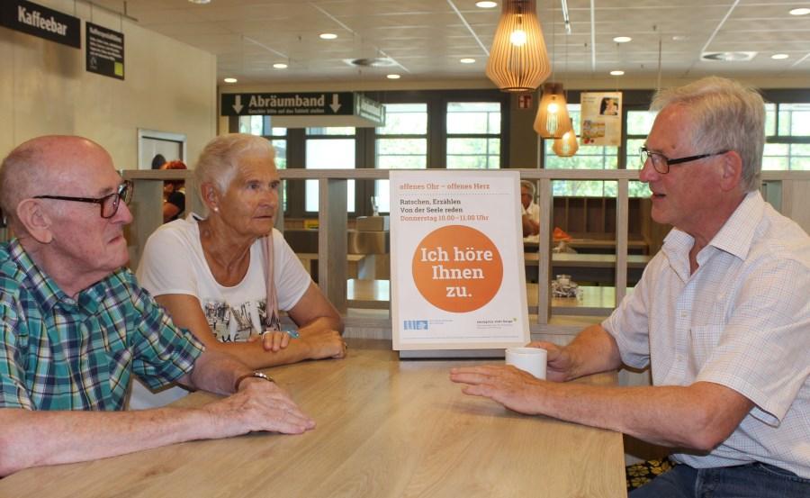 Seniorenseelsorger Michael Tress im Gespräch mit Seniorenpaar im Supermarkt
