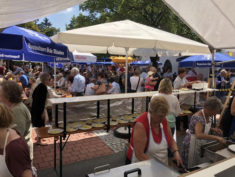 Festplatz mit Besucher (und hausgemachter Kartoffelsalat)