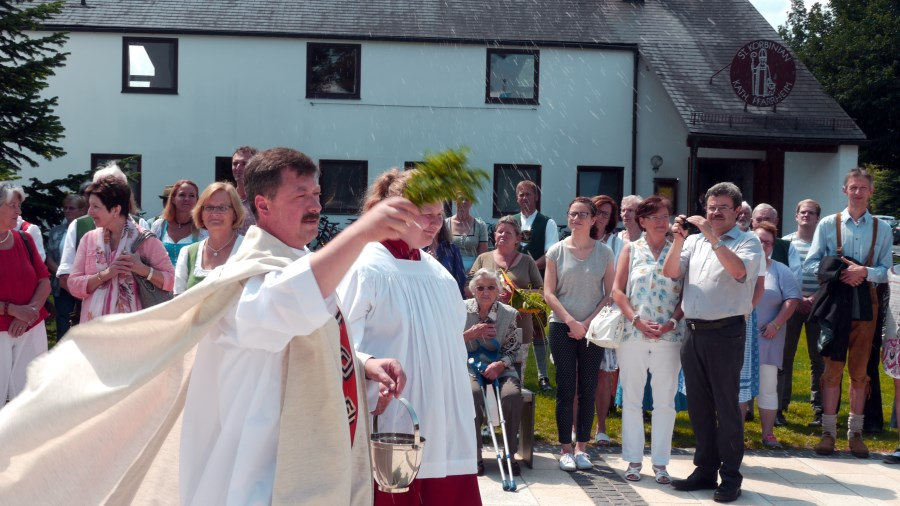 Pfarrer A. Butacu weiht den neuen Kirchplatz