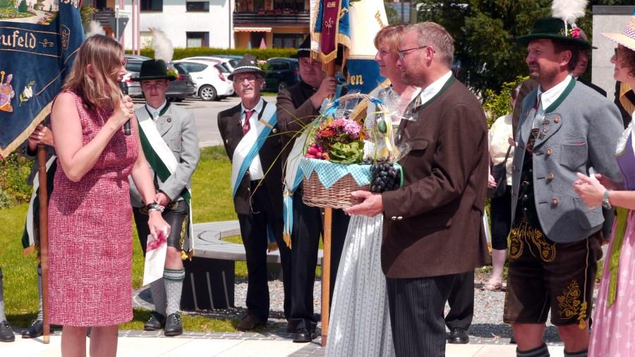 Bgm. H. Obermeyer überreicht im Namen der Marktgemeinde Bruckmühl ein Geschenk
