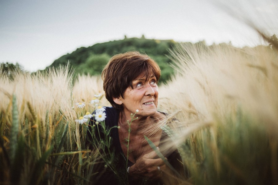 Portrait ältere Dame in Kornfeld