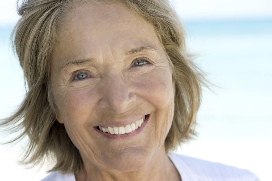 Portrait freundliche Seniorin lächelnd
