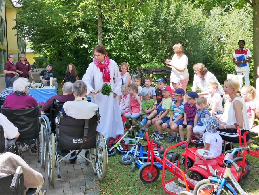 Segnung von Rollstühlen und Bobbycars im Altenheim in Markt Schwaben