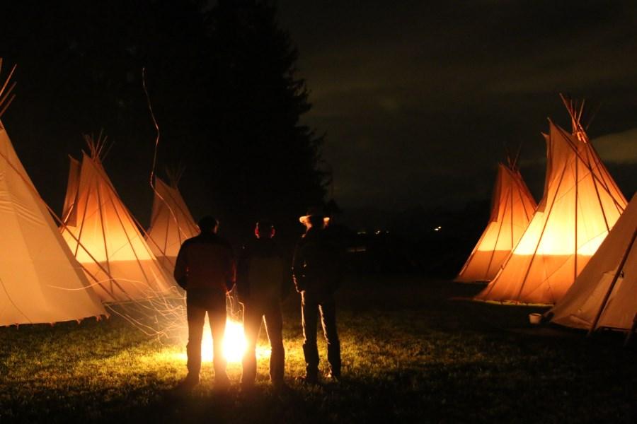 Zelte im Feuerschein