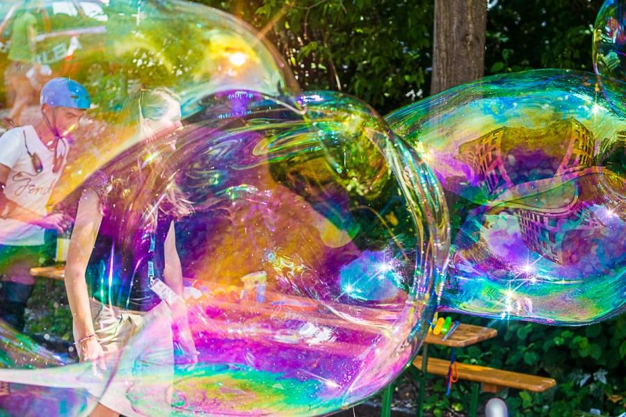 übergroße Seifenblasen im Sommer mit Jugendlichen
