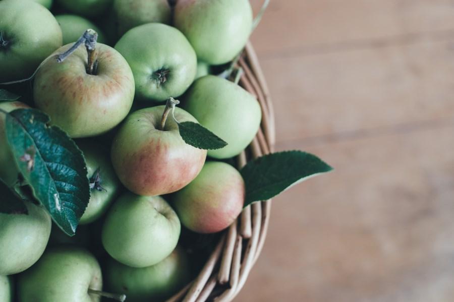 korb mit grünen äpfeln