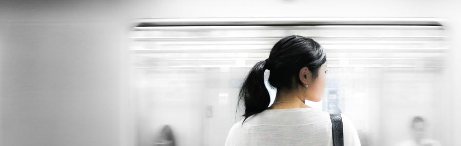 Kopfgrafik Mädchen vor vorbeifahrendem Zugfenster