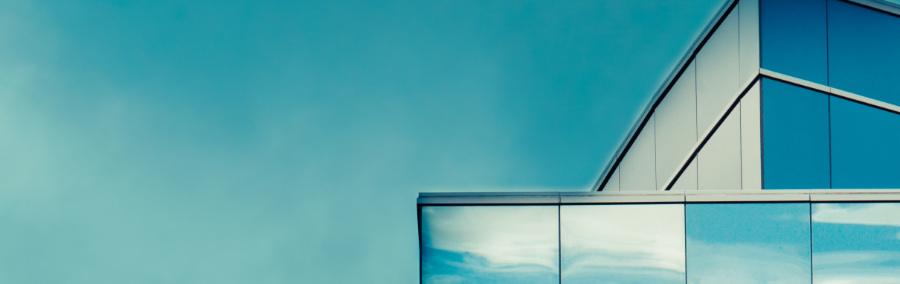 Kopfgrafik Obere Ecken eines verglasten Gebäudes