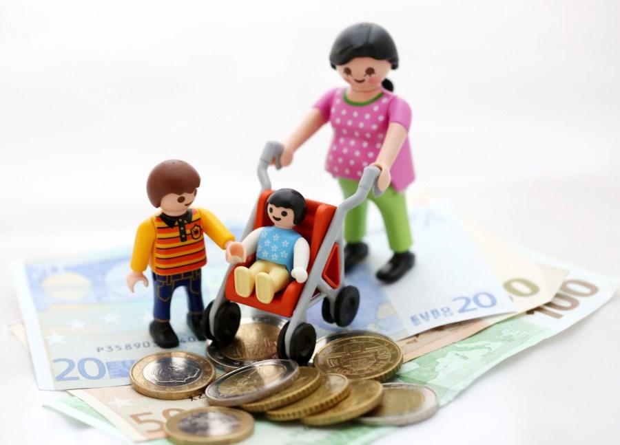 mama und kinder aus playmobil auf geldscheinen