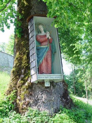 Madonna Figur an Baum